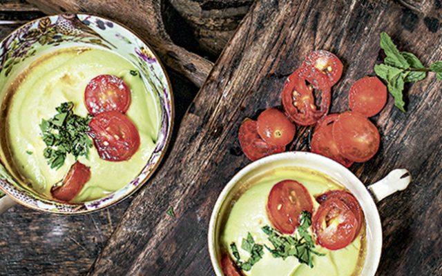 Creme gelado de abacate com saladinha de tomate
