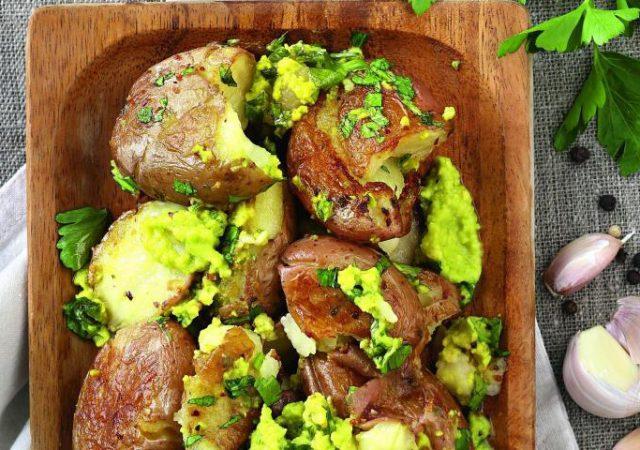 Batatas no forno com molho de abacate