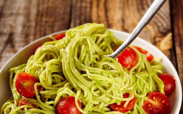 Espaguete com Abacate e Tomates Cereja