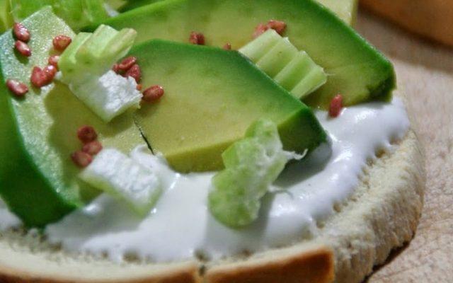 Bruschetta refrescante de abacate