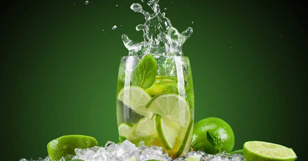 Os benefícios de tomar água com limão de manhã