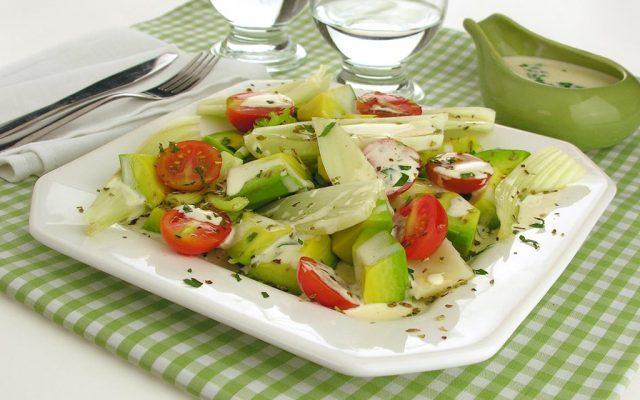 Salada de abacate com tomate cereja