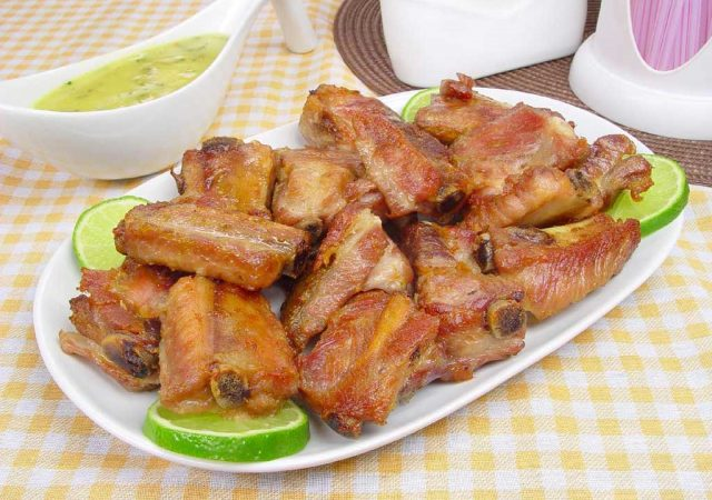 Costelinha de porco com molho de limão
