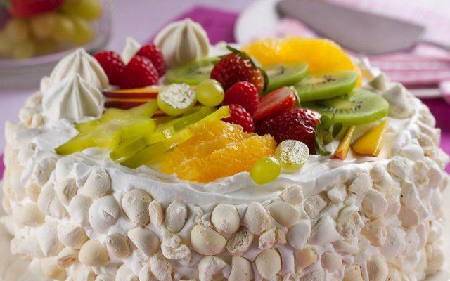 Bolo Crocante de Suspiro com Frutas