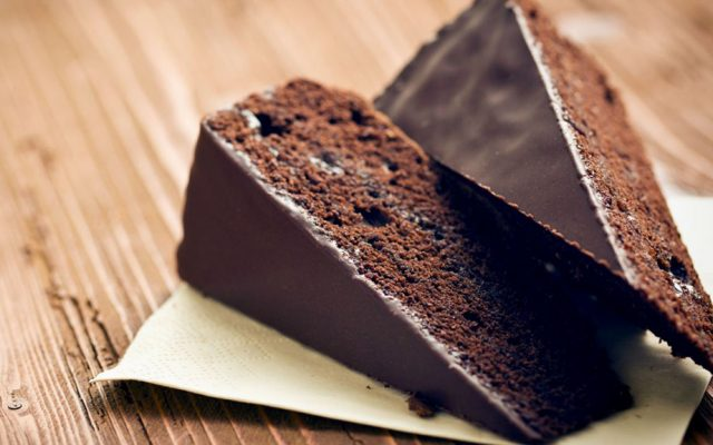 Bolo de Beterraba e Chocolate com Ganache de Abacate