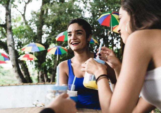 Sucos que ajudam na hidratação do corpo durante o Carnaval