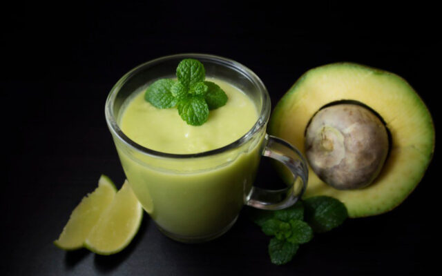 Vitamina de abacate com limão